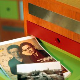 Erich Kästner Museum, Dresden, bunte Schublade mit Foto von Erich Kästner und seiner Mutter, Micromuseum, Ruairí O'Brien