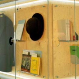 Erich Kästner Museum Dresden, Glaskasten by Ruairí O'Brien, Glaskasten mit Hut, Mantel und Büchern