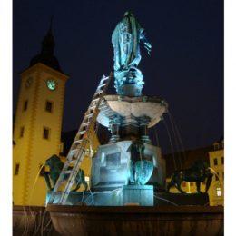 Obermarkt Freiberg, beleuchteter Brunnen by Ruairí O'Brien, Brunnen mit Wasser, Licht und Skulpturen