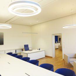 Dekanatsbüro Universitätsklinikum Dresden, Lichtkonzept Büroräume by Ruairí O'Brien, Besprechungstisch mit blauen Stühlen, runde Lampen