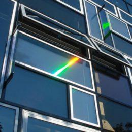 Hologrammfassade Jena bei Tageslicht, Fenstermosaik, Reflexion des Lichts im Fenster by Ruairí O'Brien