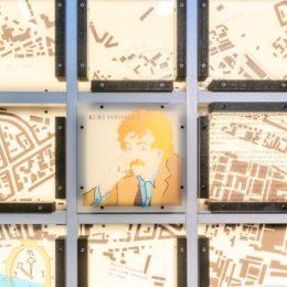 Gedenkwand Slaughterhouse Five, Dresden, Ruairí O'Brien, Informationsskulptur in Halle 1 Messe Dresden, Kurt Vonnegut Ausschnitt