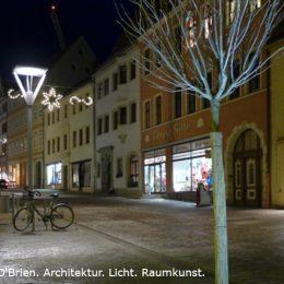 Bäckerstraße in Torhau mit Straßenlaternen am Abend