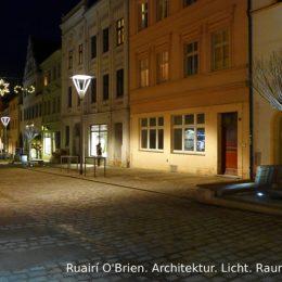 Beleuchtung Bäckerstraße in Torgau am Abend. Laternen entlang der platziert