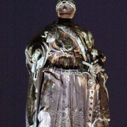 """Brunnenstatue auf dem Obermarkt in Freiberg. Sie zeigt """"Otto der Reiche"""", der in der Nacht von Lichtern angestrahlt wird."""