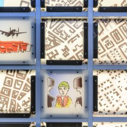 Ein Ausschnitt der Gedächtniswand Slaughterhouse 5 mit Straßeplan von Dresden und Zeichnungen.