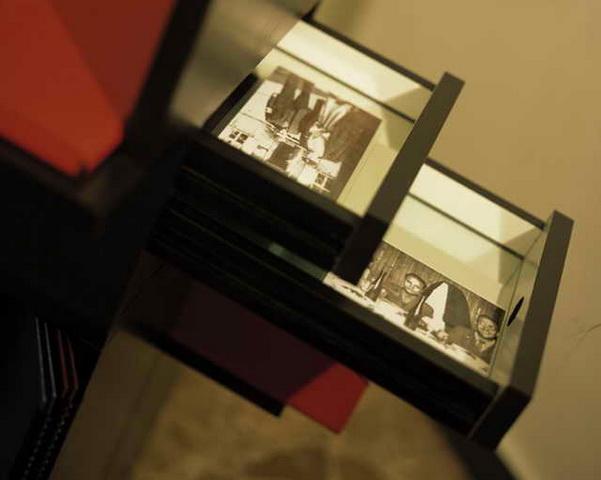 Eine Schublade mit Fotos in der Gedenkstätte Ehrenhain, Zeithain.