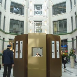 Detailansicht der Informationsskultur zur 89-Ausstellung in Leipzig. Die Skulptur besteht aus gold- und bronzefarbenen Böcken.