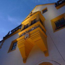 Fassadenbeleuchtung des Freiberger Rathauses. Außenbestahlung eines Fensters.