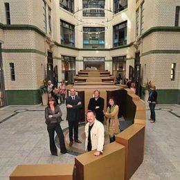 Foto von der 89-Ausstellung in Leipzig mit Architekt Ruairí O'Brien aus Dresden und Besuchern.