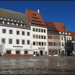 Wasserspiele auf dem Marktplatz Freiberg, die aus dem Boden sprudeln.