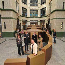 89-Ausstellung zum 20-jährigen Jubiläum der Friedlichen Revolution, Bild mit dem Ausstellungsstück, Ruairí O'Brien und Besuchern