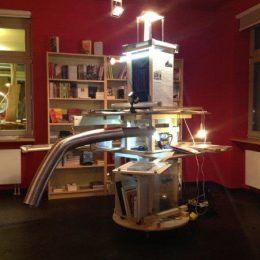 Literaturausstellung Robot, Ausstellungsstück mit Büchern, Licht, Holz