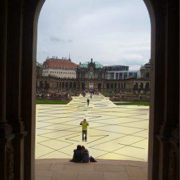 Torbogen des Dresdner Zwingers mit Blick auf den gelben Boden