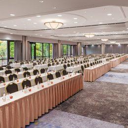 Bankettbereich Hotel Westin Bellevue Dresden, lange Tische mit Stühlen