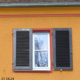 Haus Franke in Orange mit Fensterläden