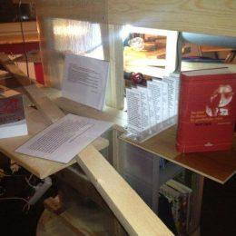 Robot - Literaturausstellung für die Gebrüder Čapek, Holz mit Büchern und Papier
