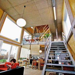 Innenansicht des Haus EVolucio mit einer Treppe aus Metall