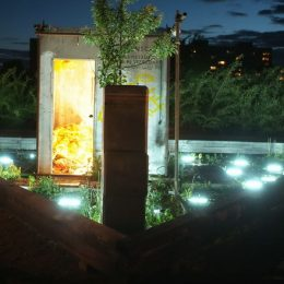 Beleuchtete Installation im Plattenbaumuseum Betonzeitschiene bei Nacht.