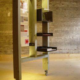 Ausstellungsobjekt im Stadtspeicher Jena mit Boxen und einer Tafel