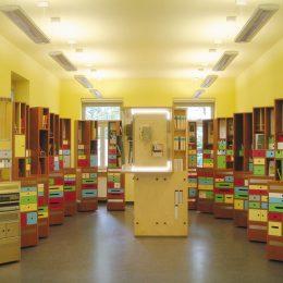 Säulen mit bunten Kästen und Ausstellungsstücken im Erich Kästner Museum