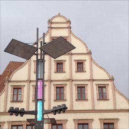 Unikatleuchte Obermarkt Freiberg am Tag mit dichroitischem Glas