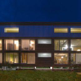 Haus Evolucio bei Nacht mit Beleuchtung von Innen