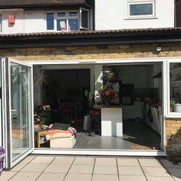Außenansicht eines Wohnhauses in London. Blick in den Wohn-/Küchenbereich.