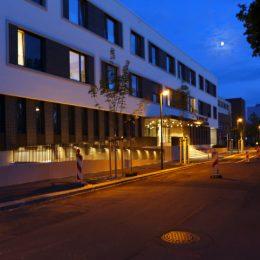 Gesamtansicht der Front des Westflügels vom St. Joseph-Stift am Abend mit Beleuchtung