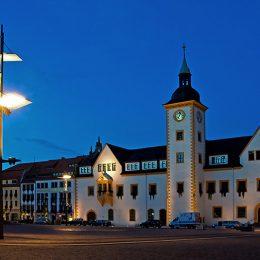 Gesamtansicht des Obermarkt Freiberg am Abend mit dem Rathaus und der Unikat-Leuchte designed by Ruairí O'Brien