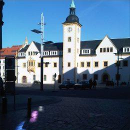 Rathaus Freiberg halb im Sonnenschein und halb im Schatten