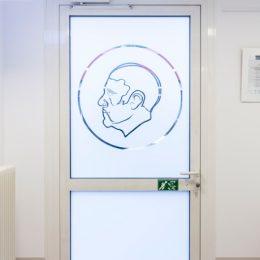 Eine Tür im Universitätsklinikum Dresden aus Glas mit einem Bild von Carl Gustav Carus.