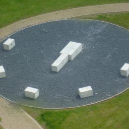 Pirna Sonnenstein, landschaftliche Gestaltung zeigt eine halbe Uhr