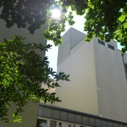 Das Diakonissenkrankenhaus in Dresden von außen. Analyse der Fassade.