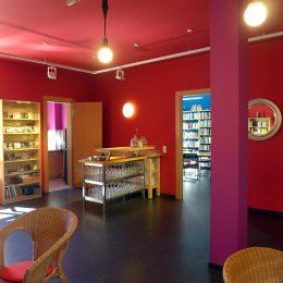 Eine Bar in einem roten Raum