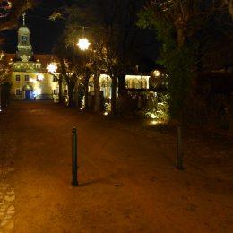 Zugangsweg zur Villa Sorgenfrei in Radebeul. Weg ist beleuchtet mit Weihnachtsstern. Blick ist auf Villa gerichtet.