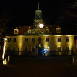 Villa Sorgenfrei in Radebeul bei Nacht mit Außenbeleuchtung, Frontalansicht auf den Eingang