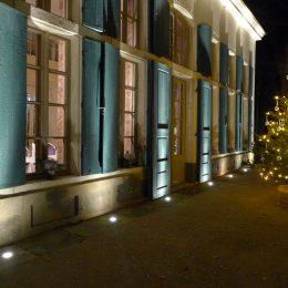 Außenansicht der Villa Sorgenfrei in Radebeil für ein Außenlichtkonzept, Villa im Dunkeln mit beleuchtetem Weihnachtsbaum davor