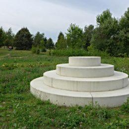 Wohngebiet Pirna Sonnenstein, weiße Scheiben aufeinander gestapelt