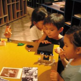 Kinder bei der Travelling micromuseum Exhibition in Tokyo