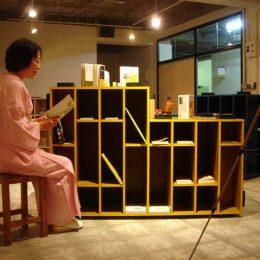 Eine Frau bei der Travelling micromuseum Exhibition in Tokyo
