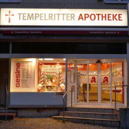 Beleutetes Schild der Tempelritterapotheke in Berlin Lichtenrade