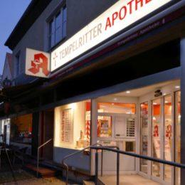Tempelritterapothe in Berlin Lichtenrade am Abend von der Seite