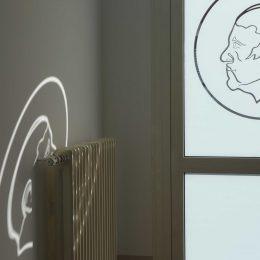 Universitätsklinikum Dresden, Glastür mit Bild von Carus und dessen Lichtreflexion an der Wand