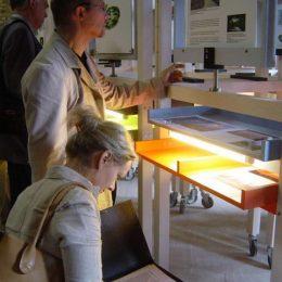 Gartenpost Fürst Pückler Ausstellung, Besucher bei der Besichtigung der Ausstellungsstücke