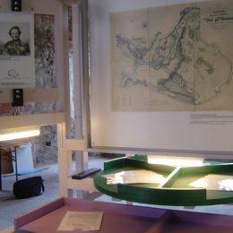 Grünes Drehelement der Fürst Pückler Ausstellung in Bad Muskau, darüber eine Landkarte