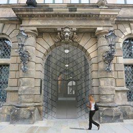 Eingangsportal des Dresdner Schlosses mit Glastür