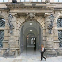Dresdner Schloss mit Eingangsportal mit Glastür