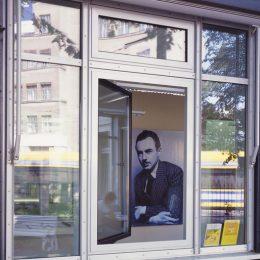 Schaufenster für das micromuseum City Walk mit großem Bild von Erich Kästner