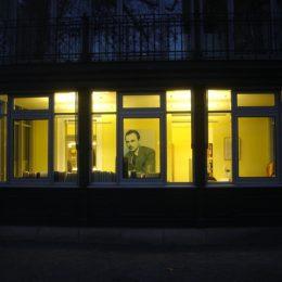 Farb- und Lichtkonzept in der Villa Augustin, Schaufenster mit gelber Wand und Beleuchtung